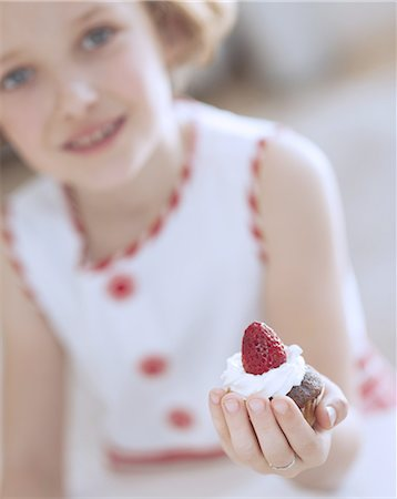 Young girl holding cup cake Stock Photo - Premium Royalty-Free, Code: 693-06967496