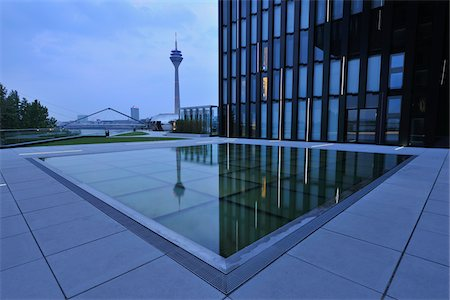 edificio - Water Feature in Front of Building, Media Harbour, Dusseldorf, North Rhine Westphalia, Germany Foto de stock - Con derechos protegidos, Código: 700-05948162