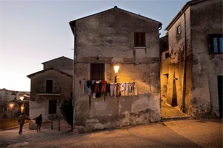 OLD HOUSES WITH CLOTHES HANGING ON CLOTHESLINE AT DUSK, BRACCIANO, LAZIO, ITALY Stock Photo - Rights-Managed, Code: 700-06685219
