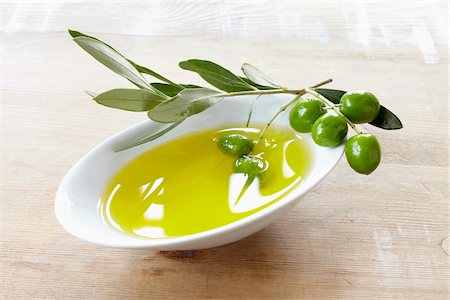 close-up of small bowl with olive oil, olive twig and fresh olives Stock Photo - Rights-Managed, Code: 700-06899812