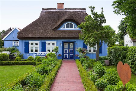 quaint house - Traditional house with thatched roof and garden in Born, Fischland-Darss-Zingst, Coast of the Baltic Sea, Mecklenburg-Western Pomerania, Germany, Europe Stock Photo - Rights-Managed, Code: 700-06892498