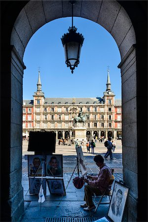 painter - Europe, Spain, Comunidad de Madrid, Madrid, Plaza Mayor, a painter under a arch in the square, Statue of King Philip III in the background Stock Photo - Rights-Managed, Code: 700-06943753