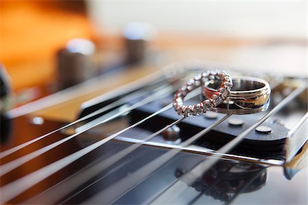 Close-up of guitar strings with wedding rings Stock Photo - Rights-Managed, Code: 700-06961005