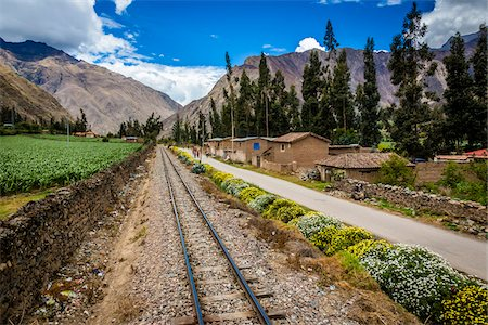 edificio - Train rails next to rural homes and farmland on scenic journey through the Sacred Valley of the Incas in the Andes mountains, Peru Foto de stock - Con derechos protegidos, Código: 700-07238027