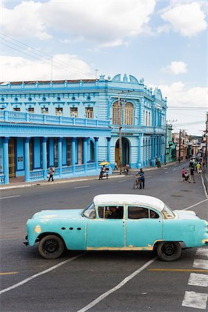Vintage car in front of colonial architecture, Pinar del Rio, Cuba Stock Photo - Rights-Managed, Code: 700-07567423