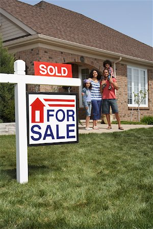 sold sign - Portrait of Family by House with Sold Sign Stock Photo - Rights-Managed, Code: 700-01571974