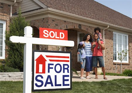 sold sign - Portrait of Family by House with Sold Sign Stock Photo - Rights-Managed, Code: 700-01571975