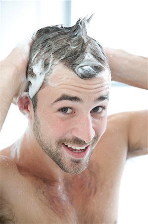 expresivo - Smiling Man Washing Hair in Shower Foto de stock - Con derechos protegidos, Código: 822-07562634