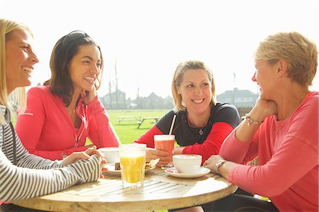 expresivo - Women Having Breakfast at Outdoor Cafe Foto de stock - Con derechos protegidos, Código: 822-08122609