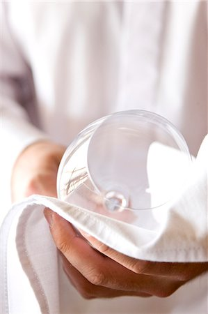 Close up of a waiter's hands polishing a wine glass with a napkin Stock Photo - Rights-Managed, Code: 822-03161768