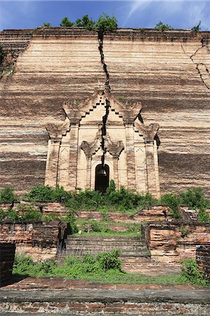 Huge cracks cut through the brick facade of the unfinished Mingun Pagoda that was destroyed by an earthquake; Mandalay, Burma Stock Photo - Rights-Managed, Code: 832-08007789