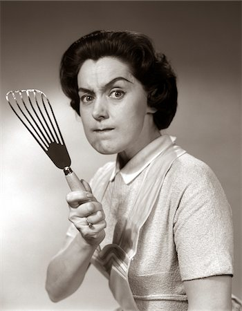 expresivo - 1950s-60s PORTRAIT OF ANGRY HOUSEWIFE BRANDISHING SPATULA AT CAMERA Foto de stock - Con derechos protegidos, Código: 846-05646376