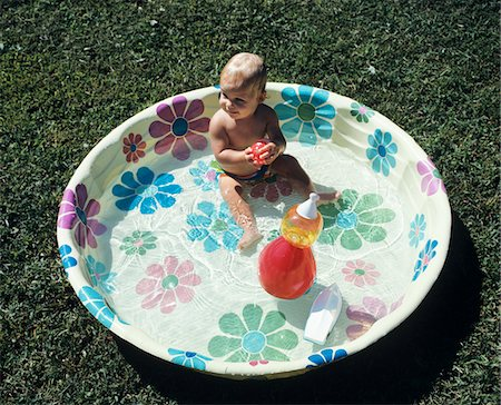 1970s BABY SITTING IN PLASTIC BACKYARD KIDDY POOL VIEWED FROM ABOVE Stock Photo - Rights-Managed, Code: 846-05646712