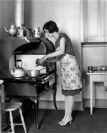 simsearch:846-02793283,k - 1920s HOUSEWIFE AT STOVE COOKING Stock Photo - Rights-Managed, Code: 846-06111868