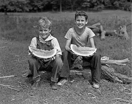1940s TWO SMILING BOYS EATING WATERMELONS LOOKING AT CAMERA Stock Photo - Rights-Managed, Code: 846-07200078