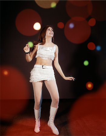 discotequero - 1960s YOUNG WOMAN DANCING AMONG LIGHTS WEARING MINI SKIRT AND FRINGED SHORT TOP INDOOR BOOTS DISCO Foto de stock - Con derechos protegidos, Código: 846-02794168