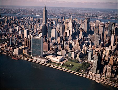 1970s AERIAL VIEW MIDTOWN MANHATTAN LOOKING WEST FROM ABOVE EAST RIVER TO UNITED NATIONS EMPIRE STATE BUILDING Stock Photo - Rights-Managed, Code: 846-02795057