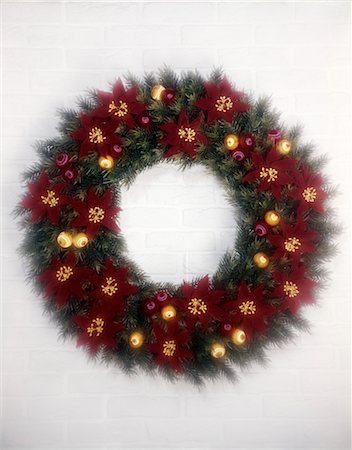 1970s CHRISTMAS WREATH RED POINSETTIA GOLD ORNAMENTS SOFT FOCUS Stock Photo - Rights-Managed, Code: 846-02795335