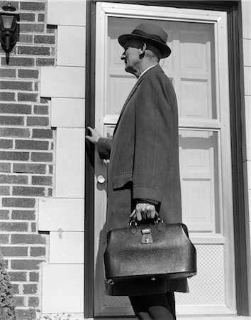 1950s DOCTOR HOUSE CALL DOOR BRIEFCASE BAG HAT ILLNESS Stock Photo - Rights-Managed, Code: 846-02795503