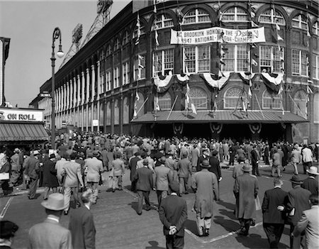 OCTOBER 1947 DODGER BASEBALL FANS POUR INTO MAIN ENTRANCE BROOKLYN BOROUGH EBBETS FIELD NEW YORK CITY USA Stock Photo - Rights-Managed, Code: 846-02796379