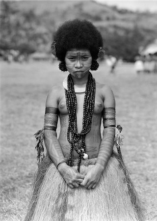 1920s 1930s NATIVE WOMAN TOPLESS NATIVE COSTUME GRASS SKIRT TATTOOS NECKLACE HANUABADA VILLAGE PORT MORESBY NEW GUINEA Stock Photo - Rights-Managed, Code: 846-02796385