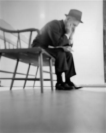 forward - 1960s DEPRESSED ELDERLY MAN SITTING ON BENCH LEANING FORWARD ELBOWS ON KNEES HEAD IN HANDS Stock Photo - Rights-Managed, Code: 846-02796922