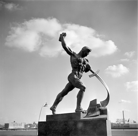 1950s GIFT FROM RUSSIA TO THE U.N. IN N.Y. OF A STATUE BEATING HIS SWORD INTO A PLOWSHARE Stock Photo - Rights-Managed, Code: 846-02791795