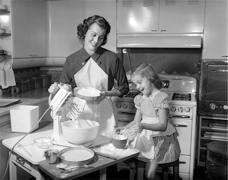 simsearch:846-02793283,k - 1950s MOTHER & DAUGHTER BAKING A CAKE Stock Photo - Rights-Managed, Code: 846-02793155