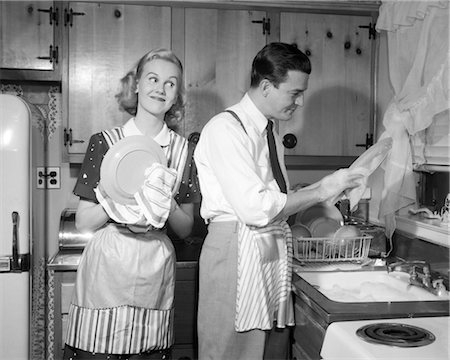 simsearch:846-02793283,k - 1950s SMILING HAPPY COUPLE MAN AND WOMAN HUSBAND AND WIFE WASHING DRYING DISHES TOGETHER IN KITCHEN Stock Photo - Rights-Managed, Code: 846-02793200