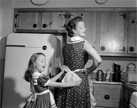 1950s WOMAN CHILD DAUGHTER MOTHER APRON KITCHEN Stock Photo - Rights-Managed, Code: 846-02793281