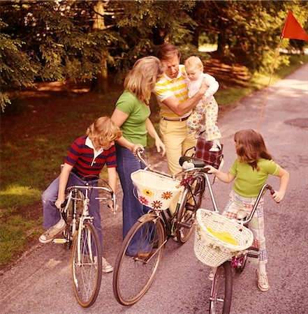 1970s FAMILY MOTHER FATHER 3 KIDS BIKING ON COUNTRY LANE Stock Photo - Rights-Managed, Code: 846-02793939