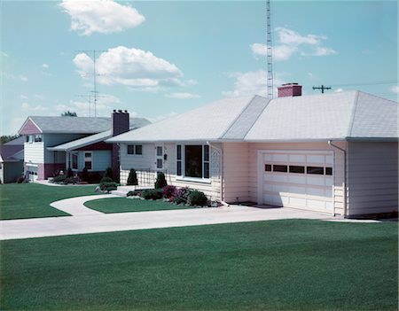 1950s SUBURBAN SINGLE FAMILY HOUSE DRIVEWAY GARAGE Stock Photo - Rights-Managed, Code: 846-02793946