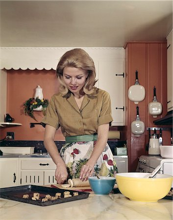 simsearch:846-02793283,k - 1970s WOMAN KITCHEN BAKING COOKIES APRON MIXING BOWL Stock Photo - Rights-Managed, Code: 846-03164617