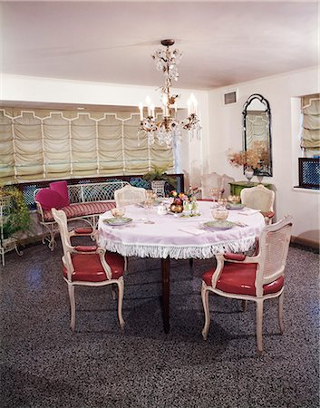1960s DINING ROOM TABLE CHAIRS PLACES SET FOR FOUR FRINGED TABLECLOTH CHANDELIER AUSTRIAN SHADE WINDOW TREATMENT Foto de stock - Direito Controlado, Número: 846-03164705