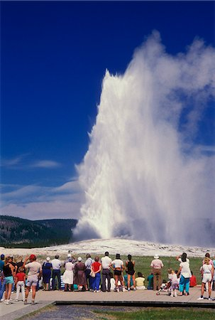 YELLOWSTONE NP WY TOURISTS WATCHING OLD FAITHFUL GEYSER Stock Photo - Rights-Managed, Code: 846-03165321