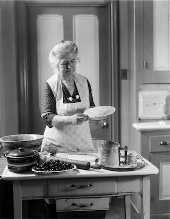 1950s GRANDMOTHER PIES BAKE KITCHEN APRON Stock Photo - Rights-Managed, Code: 846-03163337