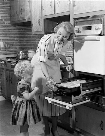 1950s MOTHER DAUGHTER KITCHEN STOVE COOKING BAKING Stock Photo - Rights-Managed, Code: 846-03163342