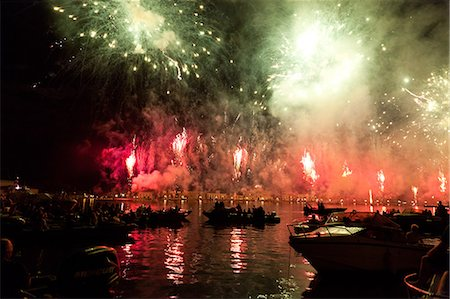 The amazing fireworks display during the night of Redentore celebration in the basin of St. Mark, Venice, Veneto, Italy, Europe Stock Photo - Rights-Managed, Code: 841-06032575