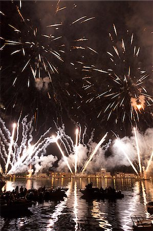 The amazing fireworks display during the night of Redentore celebration in the basin of St. Mark, Venice,Veneto, Italy, Europe Stock Photo - Rights-Managed, Code: 841-06032577