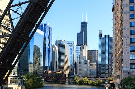 Chicago River and towers including the Willis Tower, formerly Sears Tower, with a disused raised rail bridge in the foreground, Chicago, Illinois, United States of America, North America Fotografie stock - Rights-Managed, Codice: 841-06502051