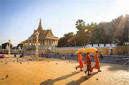 Buddhist monks at a square in front of the Royal Palace, Phnom Penh, Cambodia, Indochina, Southeast Asia, Asia Stock Photo - Rights-Managed, Code: 841-08059481