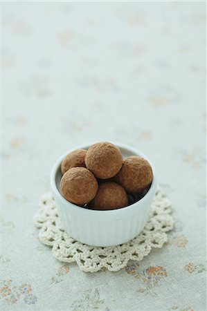 delicious - Cup of chocolate truffles on a table Stock Photo - Rights-Managed, Code: 859-06469947