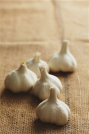 five - Garlic on a hemp cloth Stock Photo - Rights-Managed, Code: 859-06469965