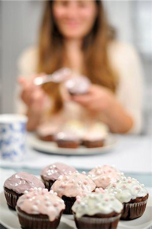 Woman with muffins on plate Stock Photo - Rights-Managed, Code: 853-06306051