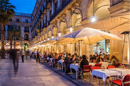 Night view of an outdoor restaurant cafe with people seated at tables, Placa Reial  or Plaza Real, Barcelona, Catalonia, Spain Fotografie stock - Rights-Managed, Codice: 862-07690867