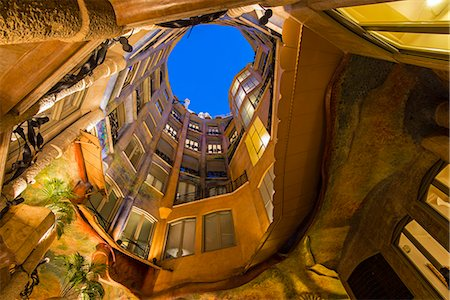 Bottom view of the inner courtyard of Casa Mila or La Pedrera at dusk, Barcelona, Catalonia, Spain Fotografie stock - Rights-Managed, Codice: 862-08091256