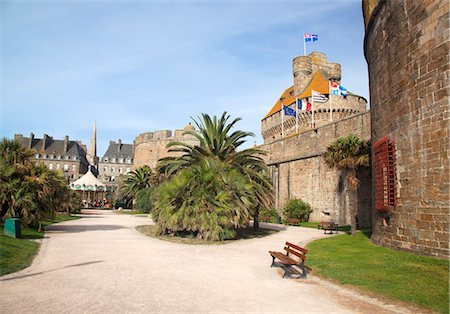 france - France, Brittany, Saint Malo. The old town walls with flags including the town flag on the Chateux. Stock Photo - Rights-Managed, Code: 862-08718867