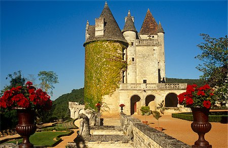 France, Aquitaine, Dordogne, Beynac et Cazenac. Built in the 1480s and once owned by the cabaret singer Josephine Baker, Chateau des Milandes is among the most well-known sights of the Dordogne. Stock Photo - Rights-Managed, Code: 862-03887809