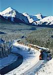 Train de marchandises en hiver, le Parc National Banff, Alberta, Canada