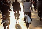 Vue postérieure de navetteurs sur vélos Souchou, Chine